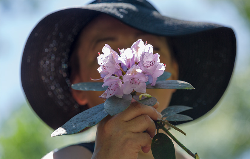 Eeva kukka kasvojensa edessä.