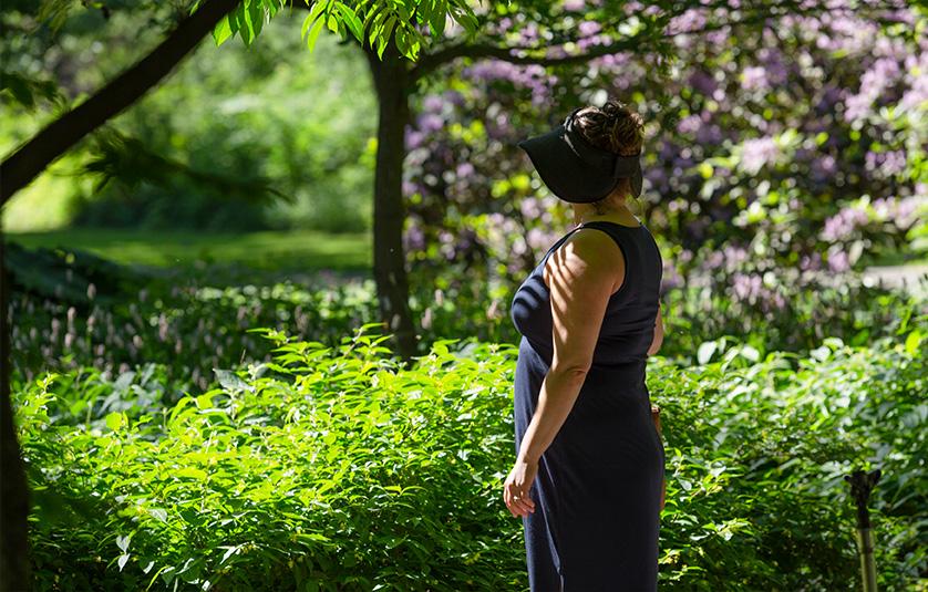 Eeva seisoo puistossa.
